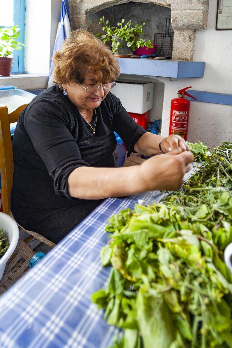 Kochvorbereitungen in einer Taverne in Nikia. (c) Tobias Schorr