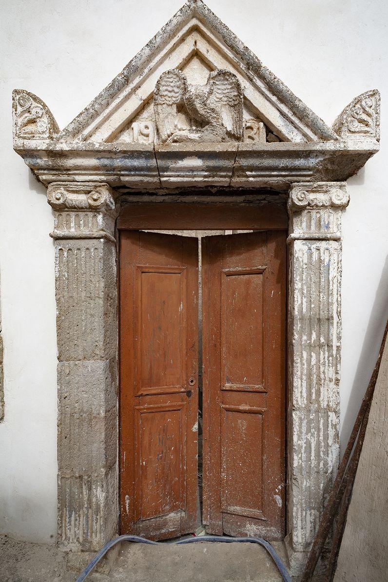 Schönes, altes Portal in Nikia. (c) Tobias Schorr