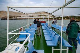 Sitzplätze im Freien auf dem Schiff Panagia Spiliani. Im Hintergrund sieht man die Insel Yali. (c) Tobias Schorr