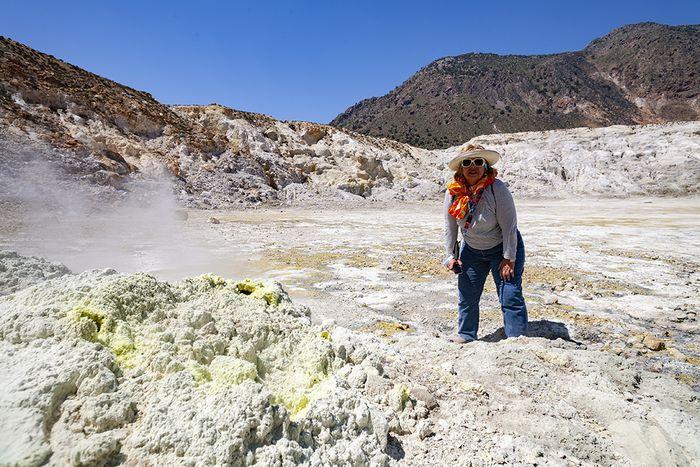Eleana hatte noch nie einen aktiven Vulkan gesehen und so war der Krater Stefanos mit seinen qualmenden Fumarolen eine kleine Sensation. (c) Tobias Schorr