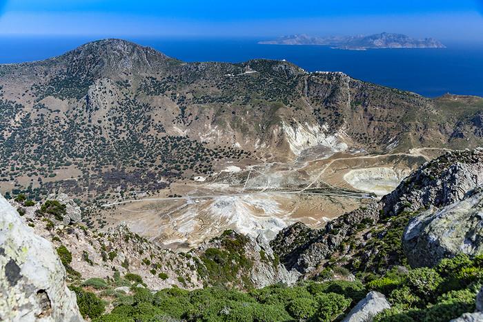 Blick vom höchsten Gipfel der Insel Nisyros in die Caldera mit ihren Kratern. (c) Tobias Schorr