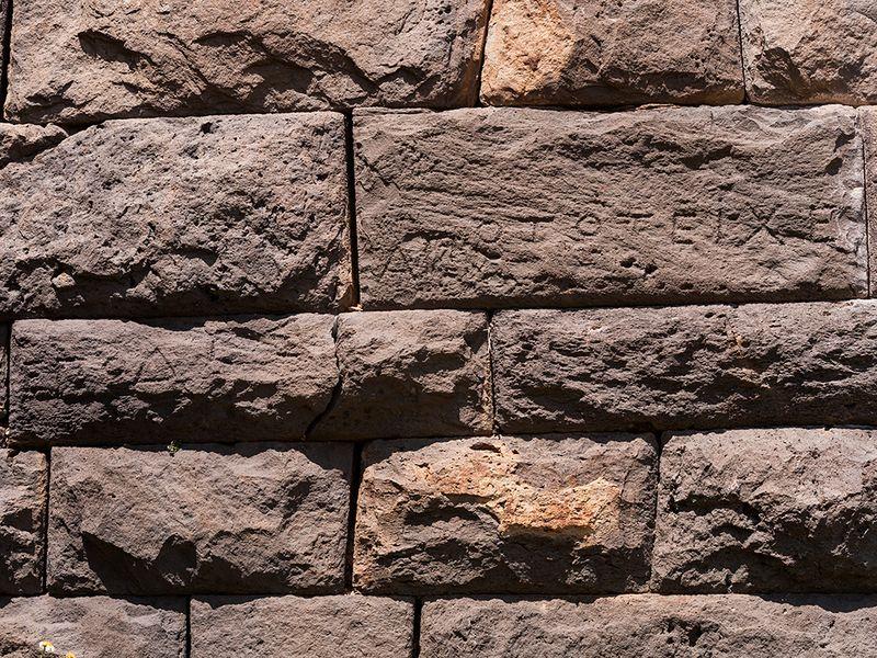 Antike Inschrift in der Festungsmauer. In dem Text  wird ein gewissen Abstand der zivilen Bauten von der Festung verlangt. April 2010. (c) Tobias Schorr
