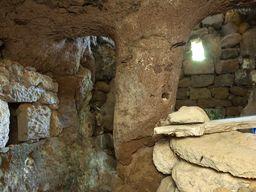 Blick auf den Stützpfeiler, den Menschen vor vielen Jahrtausenden hier aus dem Fels gehauen haben. (c) Tobias Schorr 2013