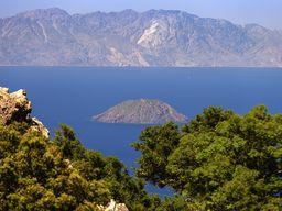 Blick auf den Vulkan Strongyli und auf die Insel Kos