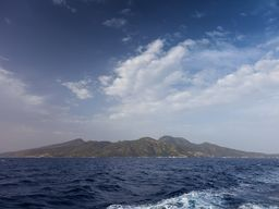 Der kegelförmige Vulkan der Insel Nisyros lässt sich erahnen