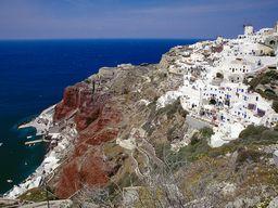 Blick auf das Nordwestkap von Santorin mit Oía und der Amouthi-Bucht. (c) Tobias Schorr