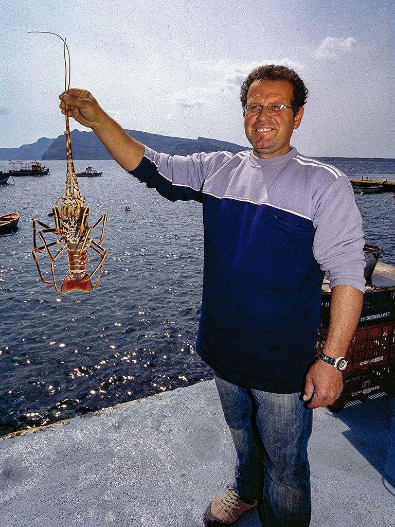 Ein Fischer in Amouthi/Oía mit einer Languste. (c) Tobias Schorr
