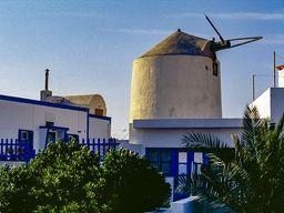 """Die alte Windmühle von Oía, die auch dem Hotel und Restaurant """"Anemomilos"""" ihren Namen gab. (c) Tobias Schorr"""