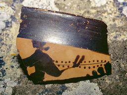 Antike oder prähistorische Scherbe vom Mavro Vouno bei Oía/Santorin. (c) Tobias Schorr