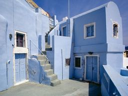 """Das """"blaue Haus"""" in Oía. Heute im typischen """"Pseudo-Modern-Grau-Weiss-Luxus-Hotel-Stil"""" :-( (c) Tobias Schorr"""