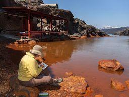 Eine Frau aus der Gruppe malte die bunte Thermalbucht. (c) Tobias Schorr