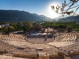 Vielleicht machen wir eine Kaffeepause am Hafen & Theater von Alt-Epidaurus? (c) Tobias Schorr