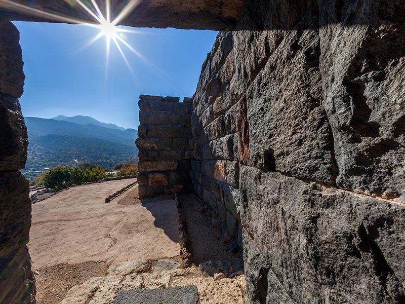 Blick aus dem Eingang zur Akropolis von Nisyros. April 2010. (c) Tobias Schorr