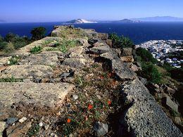 Blick über die Mauern der antiken Akropolis Paliokastro. April 2008. (c) Tobias Schorr