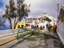 Vorbereitungen zum Palmdonnerstag an der Kirche Agios Gerasimos in Firostefáni/Santorin. (c) Tobias Schorr