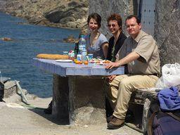 Tobias Schorr und seine Gäste an der Küste der Caldera. (c) Thomas Reimers