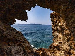 Felsenhöhle an der Innenseite der Caldera. (c) Tobias Schorr