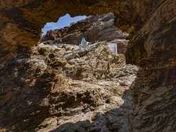 Blick aus der Felsenhöhle auf die Kapelle der Panagia. (c) Tobias Schorr