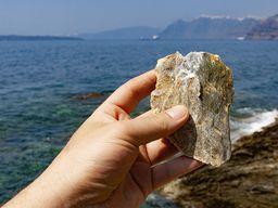 Mineralischer Talk entsteht durch metamorphe Vorgänge. Er wurde in minoischer Zeit verwendet, um z.B. Vasen weiß zu bemalen. (c) Tobias Schorr