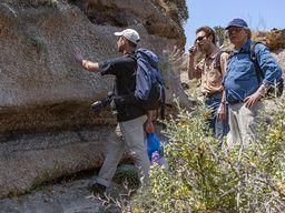 Tom Pfeiffer erklärt die Geschichte der vulkanischen Ablagerungen. (c) Tobias Schorr