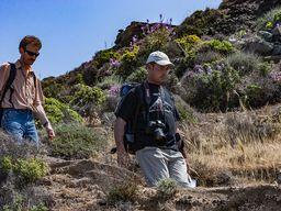Tom Pfeiffer beim Abstieg durch die Caldera zur Küste. (c) Tobias Schorr