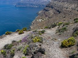 Einer der schönsten Wege auf Santorin führt an die Meeresküste. (c) Tobias Schorr