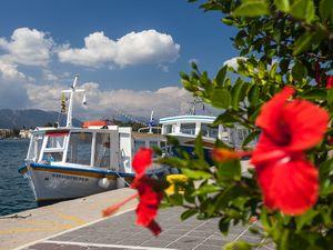 Mit diesen kleinen Booten fährt man zum Festland der Peloponnes nach Galatas