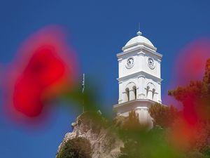 Der Uhrturm der Insel Poros