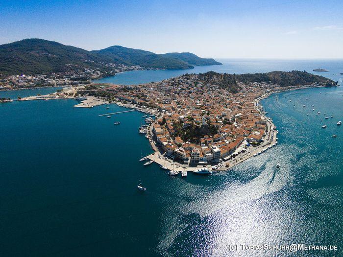 Wir werden in Askeli wohnen. Blick auf die Insel Poros am Morgen. (c) Tobias Schorr
