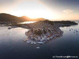 Die Insel Poros im Morgenlicht. (c) Tobias Schorr