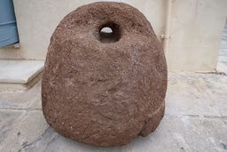 Ein antiker Anker oder Gewicht einer antiken Ölpresse aus Methana. Er steht vor dem Museum von Poros, anstatt auf Methana. (c) Tobias Schorr