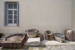 Diverse antike Wein- und Ölpressen vond er Halbinsel Methana, die heute im Museum von Poros aufbewahrt werden. (c) Tobias Schorr