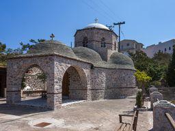 Die besuchbare Kapelle des Profitis Ilias Klosters auf dem höchsten Gipfel Santorins. (c) Tobias Schorr