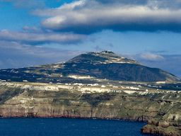 Die Nordküste von Akrotiri und der Gipfel des Profitis Ilias auf Santorin. (c) Tobias Schorr