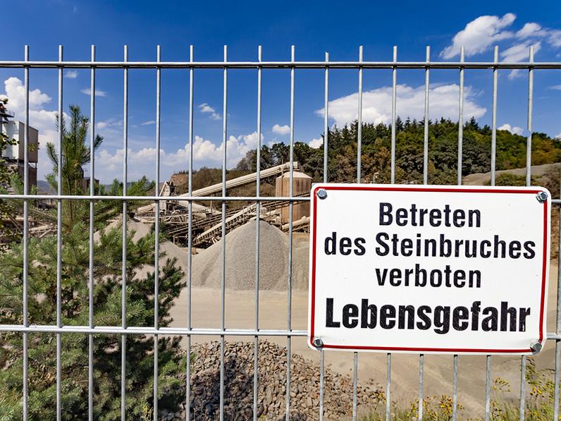 Steinbruchbetrieb, in dem das Vulkangestein Kuselit in feinsten Kies umgewandelt wird. (c) Tobias Schorr 2020