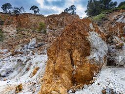 Σκουριασμένα, μεταλλοφόρα πετρώματα στην κοιλάδα Σουσάκι. (c) Tobias Schorr