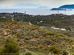 Θέα προς Άγιος Θεοδώρος και πίσω φαίνονται τα Μέθανα - το νεότερο, ενεργό ηφαίστειο στον Σαρωνικό κόλπο. (c) Tobias Schorr