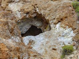 Στοά εξορήξης αλουνίτη και θείαφι στο Σουσάκι. (c) Tobias Schorr