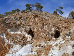Το θείο και η στυπτηρία εξορύσθηκαν σε αυτές τις σπηλιές. (c) Tobias Schorr