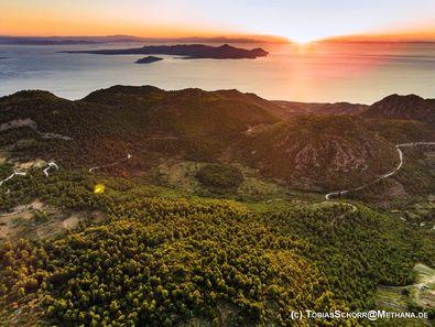 Sogar Luftaufnahmen mit Koptern/Drohnen sind auf den Touren möglich. Stavrolongos/Methana/Griechenland (c) Tobias Schorr