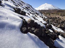 In der Kaldera kann an manchen Stellen noch Schnee liegen... Auch auf den Kanarischen Inseln kann man den Winter erkennen, obwohl es auf Meeresniveau schön warm ist. (c) Tobias Schorr