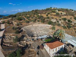 Luftbild des zweiten, kleineren Theater im Hafen von Epidaurus. (c) Tobias Schorr