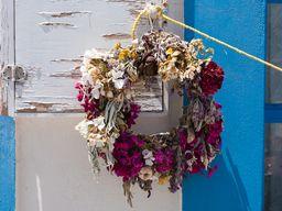 Der Maikranz wird traditionell immer an die Türen gehängt. (c) Tobias Schorr