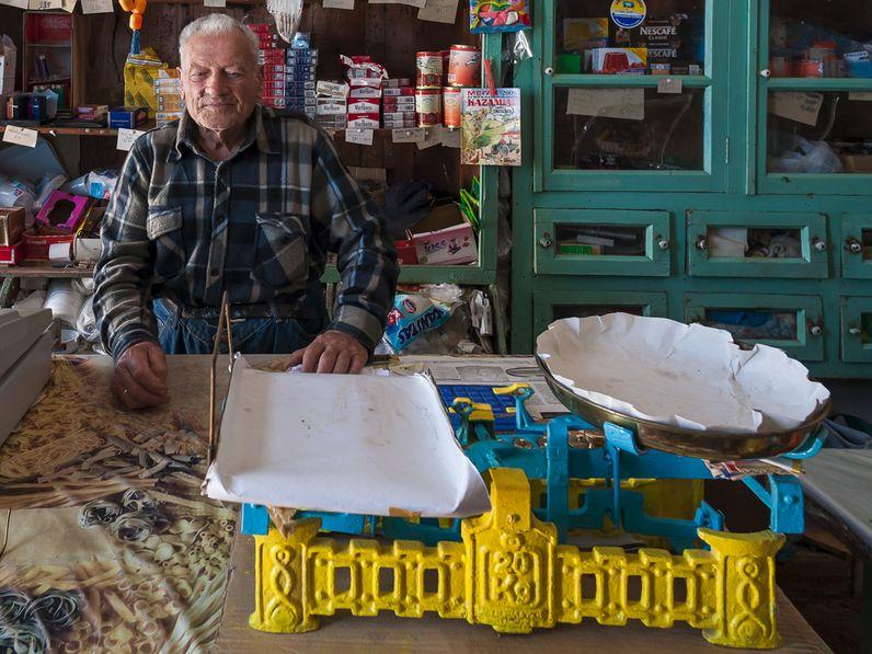 Besitzer eines traditionellen Pantopolions auf Thirasiá. (c) Tobias Schorr