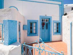 Auf der Insel Thirasiá kann man noch ursprüngliche Häuser fotografieren. Hie rist nicht, wie in Oía, alles zugekitscht. (c) Tobias Schorr