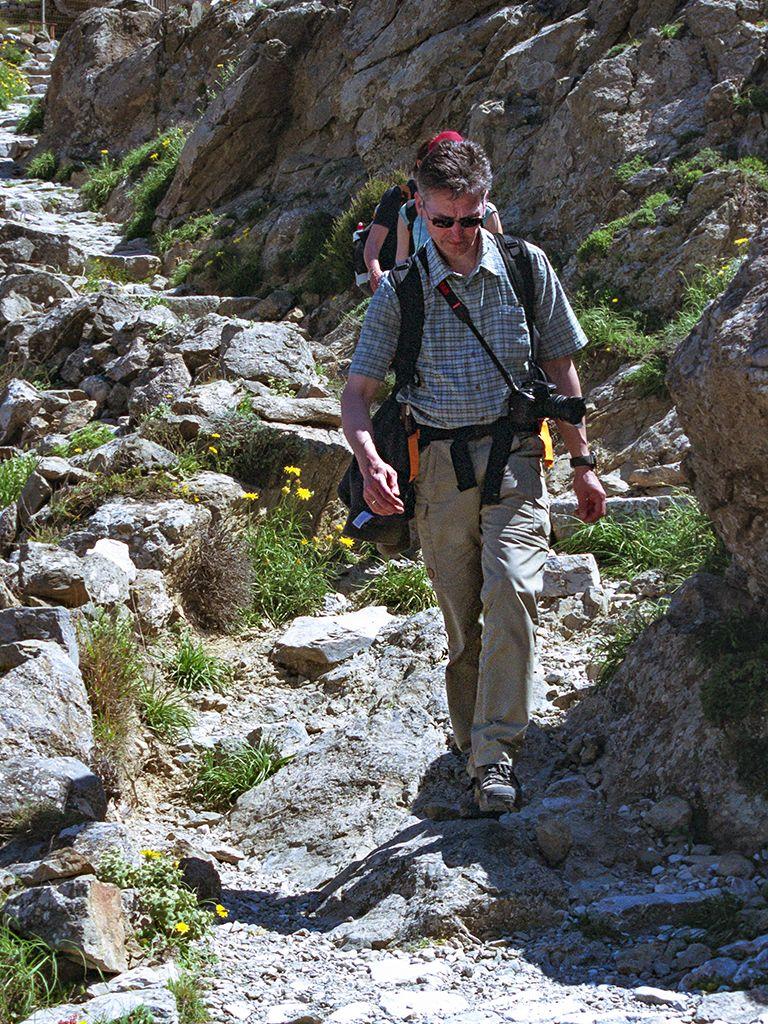 Thomas beim Abstieg von der antiken Akropolis des alten Theras. (c) Tobias Schorr