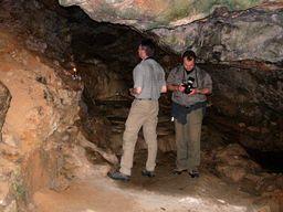 Thomas Reimers und Tobias Schorr in der Karsthöhle am Profitis Ilias auf Santorin. (c) Tobias Schorr