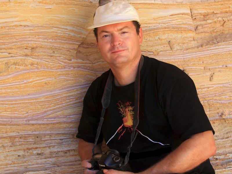 Tobias Schorr vor einer Wand aus vulkanischen Aschen der Insel Milos