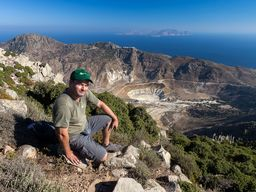 Ihr Reiseleiter Tobias Schorr und hinter ihm die Kaldera von Nisyros. (c) A. Triantafyllou
