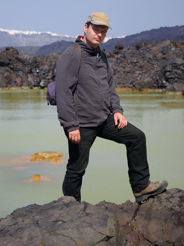 Der Reiseleiter für naturkundliche, geologische Wanderstudienreisen, Tobias Schorr am Kratersee von 726 auf der Insel Palea Kameni. (c) Thomas Reimers